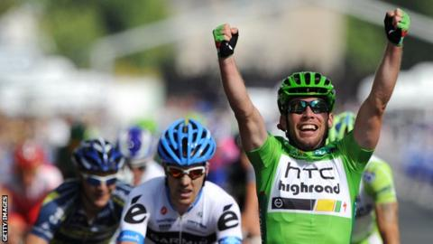 """Britain""""s Mark Cavendish (R) celebrates on the finish line on the famous Champs-Elysees avenue and last stage of the 2011 Tour de France"""