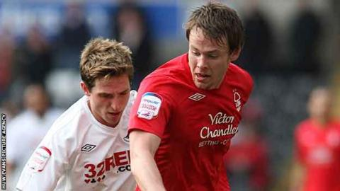 Chris Gunter takes on Joe Allen in 2011