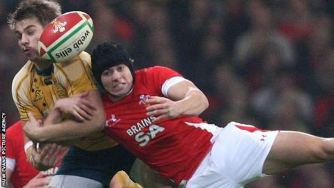 Leigh Halfpenny challenges Drew Mitchell in 2009