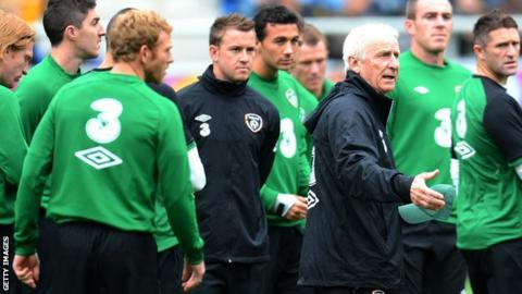 Giovanni Trapattoni surrounded by his Ireland squad