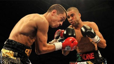 Scott Quigg (l) and Rendall Munroe in action