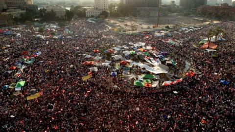 Thousands of people wait in Cairo Tahrir Square for the announcement of Egyptian presidential election results