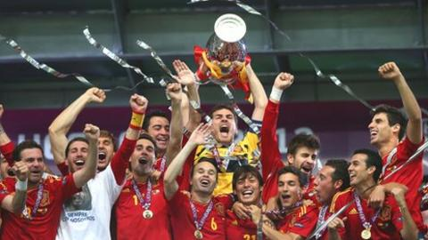 Iker Casillas lifts the Henri Delaunay trophy surrounded by his team-mates