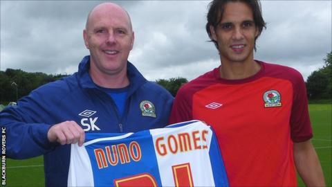 Steve Kean (l) presents Nuno Gomes with his Blackburn Rovers shirt