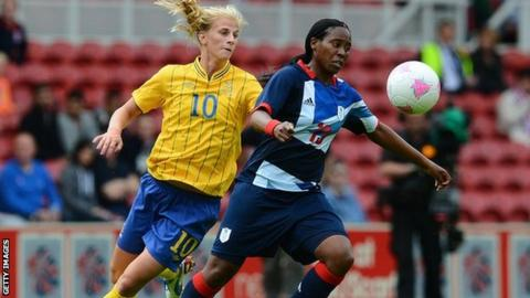 Sweden's Sofia Jakobsson is beaten to the ball by Iffy Dieke