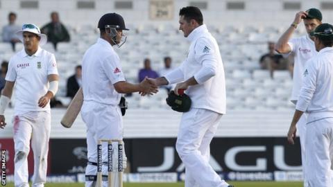 Graeme Smith shakes hands with Jonathan Trott