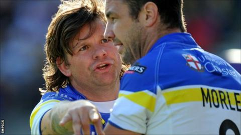 Lee Briers (l) in discussions with Warrington Wolves team-mate Adrian Morley