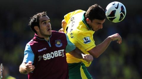 Joey O'Brien tangles with Robert Snodgrass