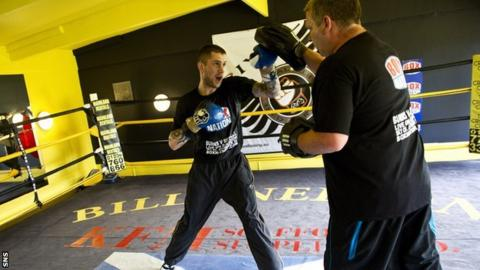 Ricky Burns trains with Billy Nelson