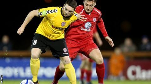 Kevin Deery of Derry City holds off Mark Quigley of Sligo Rovers