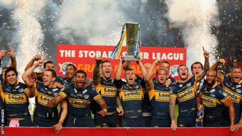 Kevin Sinfield lifts the trophy