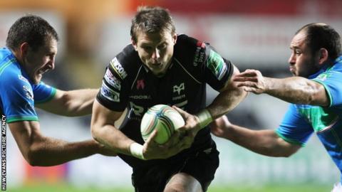 Dan Biggar on the attack against Treviso