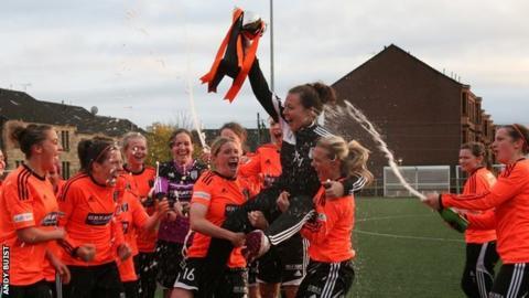 Glsgow City players lift SWPL trophy