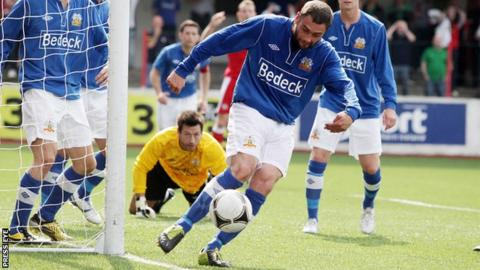 Gary Hamilton in action for Glenavon against Cliftonville