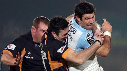 Wasps' Stephen Jones tries to bring down Bayonne scrum-half Mike Phillips