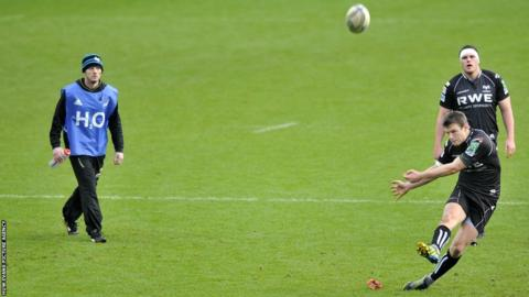 Ospreys fly-half Dan Biggar missed five kicks at goal, including a late conversion that would have put his side two points ahead in their Heineken Cup tie with Leicester