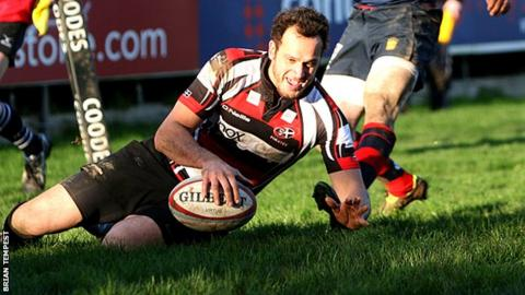 Wes Davies scores for the Cornish Pirates