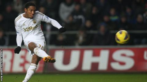 Jonathan de Guzman scores Swansea's second goal