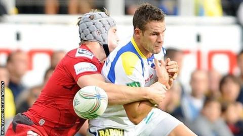 Lee Byrne in action against the Scarlets