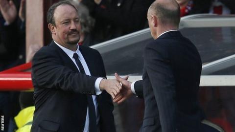 Chelsea manager Rafael Benitez shakes Brentford manager Uwe Rosler's hand