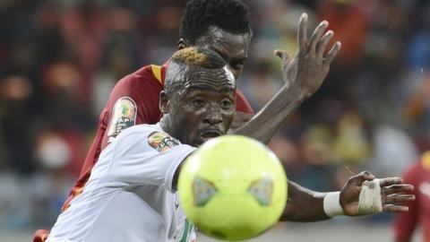 Niger defender Koffi Dan Kowa (L) and Ghana defender John Boye
