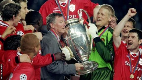 Sir Alex Ferguson celebrates with his 1999 Treble-winning team