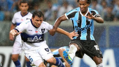 Mauricio Yedro of Huachipato (left) takes on Gremio's Ze Roberto