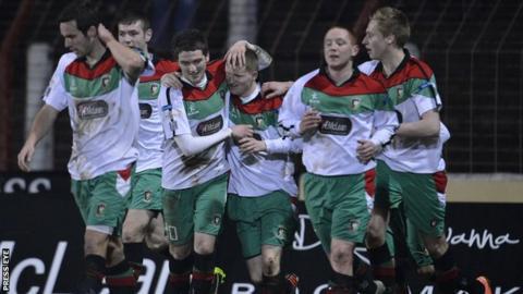 Glentoran celebrate Martin Murray's goal against St Patrick's Athletic