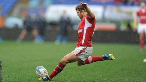 Full-back Leigh Halfpenny kicks three first-half penalties as Wales lead Italy 9-6 at the break