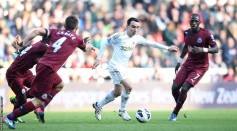 Leon Britton takes on the Newcastle Utd defence