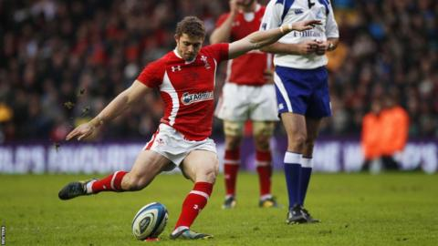 Leigh Halfpenny has some early troubles with the boot but finds his range to finish with seven penalties and a conversion for Wales