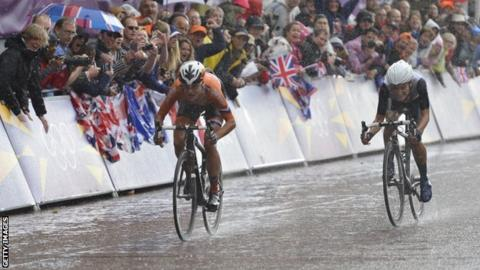 Marianne Vos (left) of the Netherlands beats Britain's Lizzie Armitstead to the London 2012 road race title
