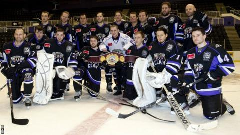Braehead Clan pose with boxing champion Ricky Burns