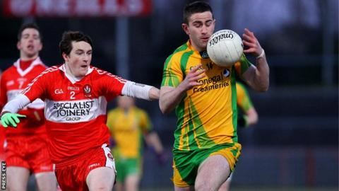 Derry's Gareth McKinless challenges Patrick McBrearty of Donegal