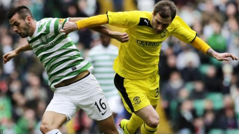 Celtic's Joe Ledley and Hibernian's Kevin Thomson vie for possession