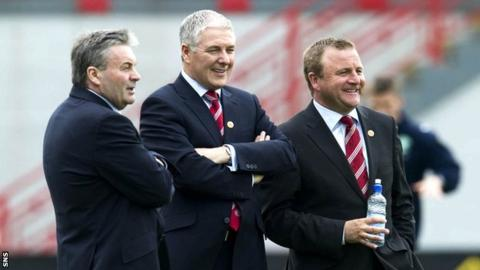 Hamilton chairman Les Gray (centre)