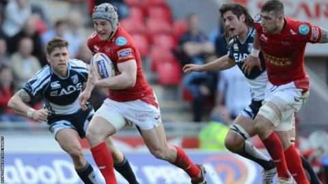 Centre Jonathan Davies breaks through to score a first half try for the Scarlets against the Blues.