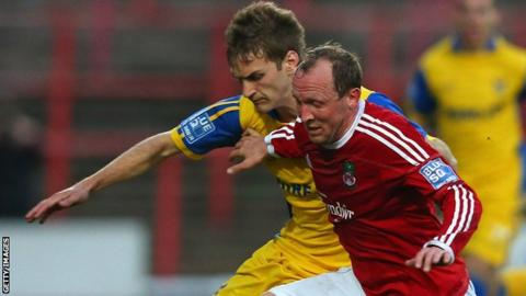 Andy Morrell challenges Mickey Demetriou of Kidderminster