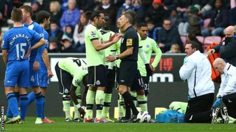 Newcastle players discuss Callum McManaman's challenge with referee Mark Halsey