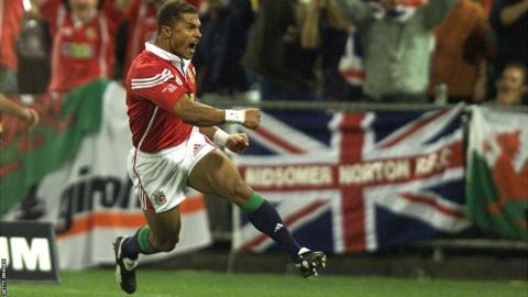 Jason Robinson celebrates his try in the first Test in 2001