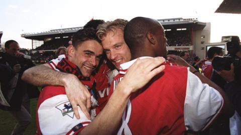 Dennis Bergkamp (centre)