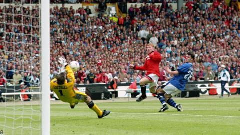 Paul Scholes (red) in action against Everton during the 1995 FA Cup final