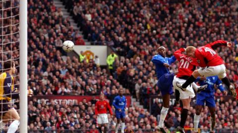 Paul Scholes (18) scores against Chelsea during the 2002-2003 season