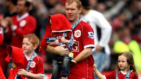 Manchester United's Paul Scholes with his kids during the end of the 2006-07 season celebrations