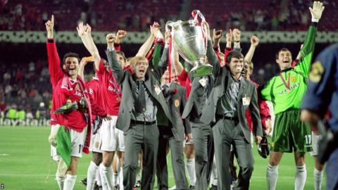 Manchester United's Paul Scholes (centre) celebrates with the 1999 European Cup