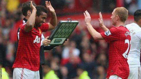 Paul Scholes substituted against Swansea in final game at Old Trafford