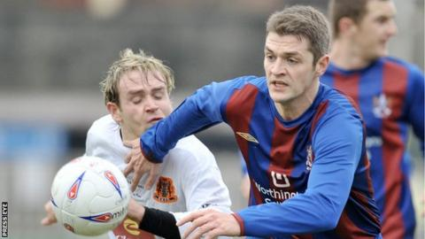 Colin Nixon in action for Ards against Carrick Rangers