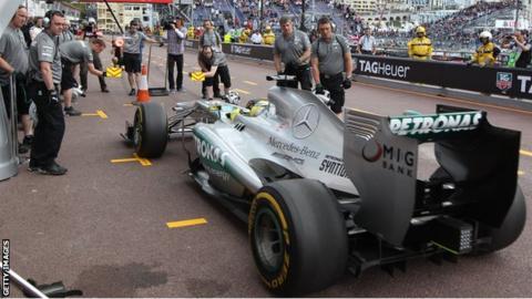 Mercedes team change tyres in Monaco