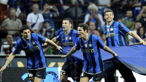 Inter players celebrate winning the league title in 2009