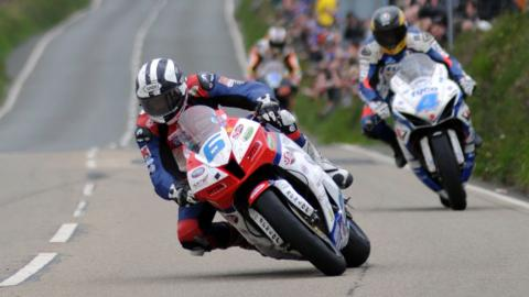 Michael Dunlop ahead of Guy Martin (Supersport race 1)
